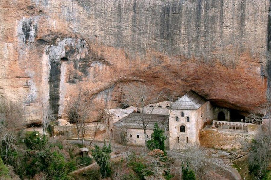 Descubre El Monasterio Viejo de San Juan de la Peña, una joya de la edad media