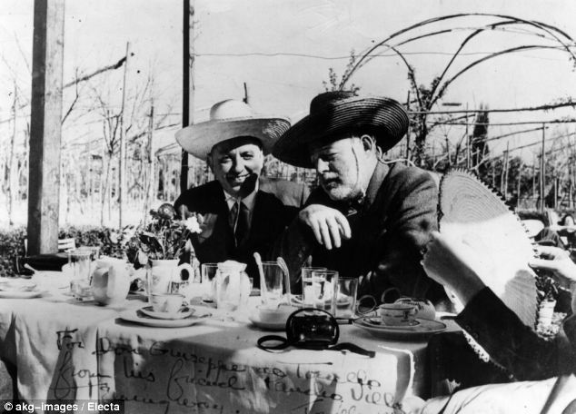 Giuseppe Cipriani (derecha) y Ernest Hemingway (izquierda). Fuente: Electa